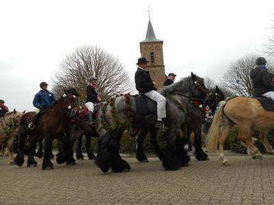 De jaarlijkse traditie op Schouwen van het straôrijden wordt in Serooskerke vier weken voor Pasen afgesloten (© Hans van Embden)