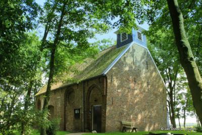 Het kerkje van Sibrandahûs in de bomen