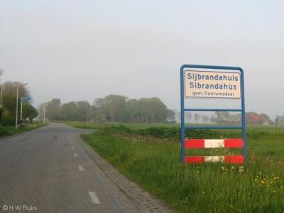 Vóór 2009 was de officiële spelling van de plaatsnamen in deze gemeente de Nederlandse, en stond de Nederlandse variant bovenaan op de borden en de Friese eronder (© H.W. Fluks)