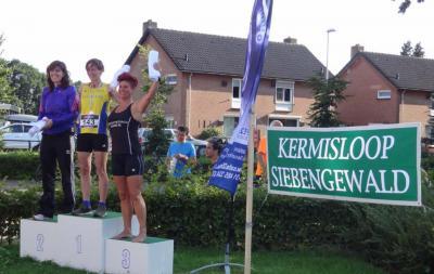 De Kermisloop (op een zaterdag in augustus) bestaat uit één parcours door de straten van Siebengewald, waar, afhankelijk van de leeftijdsklasse, verschillende afstanden worden afgelegd (© www.lgsiebengewald.nl)