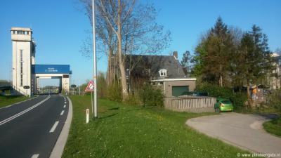 Sint Andries, Sluis Sint Andries, met rechts een van de twee woningen bij de sluis, vermoedelijk voormalige sluiswachterswoningen?