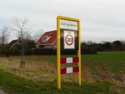 """Plaatsnaambord Sint Janskerke anno jan. 2014 met kleine j. Drukfoutje van de bordenmaker, en ook de gemeente is het kennelijk niet opgevallen of vindt het wel best. """"Ach, we begrijpen toch wat er bedoeld wordt"""", zegt men dan tegenwoordig... (© H.W. Fluks)"""