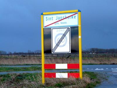 Elders in Sint Janskerke wordt de naam op de borden - anno december 2013 - wél goed gespeld. Tenzij ze allemaal zijn opgevolgd door nieuwe foute borden? (© H.W. Fluks)