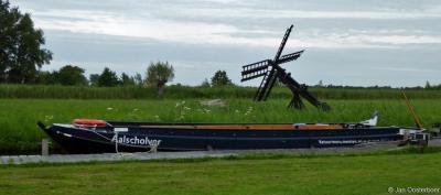 Vanuit het Bezoekerscentrum van Natuurmonumenten in Sint Jansklooster kun je allerlei wandel- en fietstochten maken; je kunt ook met een vaarexcursie van Natuurmonumenten de schoonheid van De Wieden ontdekken.