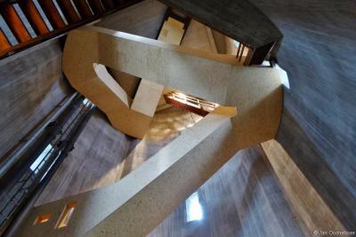 De reis naar boven in de watertoren begint met een dichte trap. Vervolgens sta je in een 24 meter hoge ruimte met een spectaculair samenspel van oude en nieuwe trappen. De nieuwe trap gaat kriskras naar boven, ter versterking van de ruimtelijke ervaring.