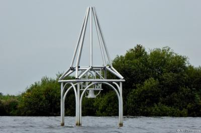 Deze in 2014 geplaatste ijzeren klok (een kunstwerk) in het water van de Beulakerwijde bij Sint Jansklooster herinnert aan het verdronken dorp Beulake. Je kunt de klok zelf luiden!