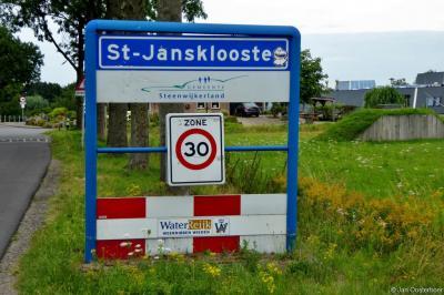 Op de plaatsnaamborden van het dorp Sint Jansklooster staan 3 spelfoutjes. Hoe dat zit, kun je lezen in het hoofdstuk Naam.