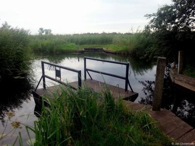 Een van de drie zelfbedieningsveerpontjes als onderdeel van het Laarzenpad in De Wieden bij Sint Jansklooster.