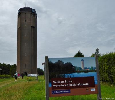 De 45 meter hoge watertoren van Sint Jansklooster is zeer de moeite waard om te beklimmen. Dat komt door de spectaculaire trap én door het spectaculaire uitzicht als je eenmaal boven bent aanbeland.