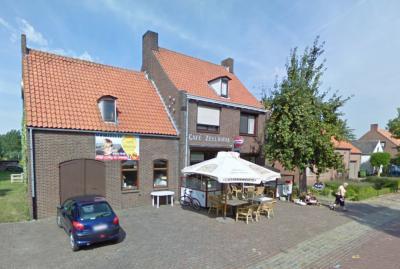 Café Zeelandia in Sint Kruis wordt blijkens de reclame op de gevel naar de waardin ook wel Café Greetje genoemd. Vroeger was dit herberg De Afspanning, met smidse waar de paarden van de boeren werden beslagen terwijl ze hier een biertje dronken. (©Google)
