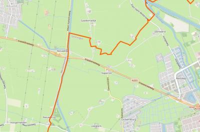 Buurtschap Slaperstil ligt direct NW van het stadsgebied van Groningen, rond de bijna-kruising van de N355 (Friesestraatweg) met de Zijlvesterweg. (© www.openstreetmap.org)