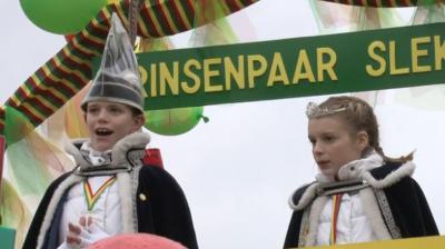 Ook het dorp Slek heeft een carnavalsoptocht, en zelfs een speciale kinderoptocht. Hier het Prinsenpaar 2016 tijdens de Kènjeroptoch van dat jaar. (© CHM Multimedia Services/www.chm.nl)