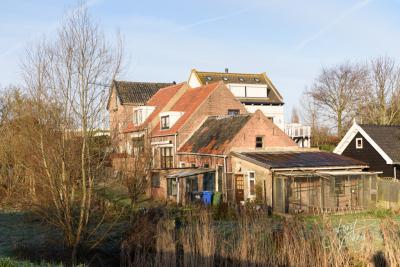 Net als bij boerderijen werden ook bij dijkwoningen, zoals hier in Sliedrecht, vaak enkele huisjes op het erf aangebouwd, voor de kinderen, of juist voor pa en ma. Tegenwoordig is dat weer een trend en heet dat 'mantelzorgwoning'. (© Joost Verweij)