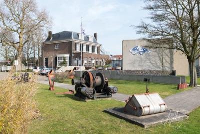 In het Nationaal Baggermuseum in Sliedrecht is niet alleen binnen maar ook buiten het nodige te bewonderen. Ook dit museum is in een fraai rijksmonumentaal pand gevestigd, nl. de voormalige woning van de befaamde baggeraar A. Volker. (© Joost Verweij)