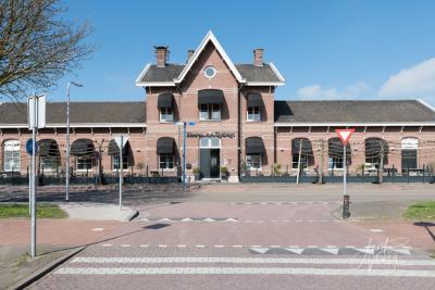 Het fraaie Station Sliedrecht uit 1885 is een gemeentelijk monument. Het is niet meer in gebruik, omdat het te prijzig werd om het als station te blijven exploiteren en vanwege de afstand naar het centrum. Het is nu een restaurant. (© Joost Verweij)