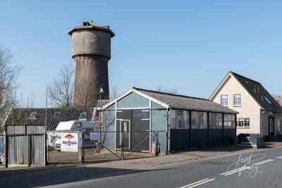 De voormalige watertoren van Sliedrecht verkeert helaas al vele jaren in vervallen staat. Er wordt eveneens al jaren geijverd voor restauratie en om er een gemeentelijk monument van te maken. Zie verder het hoofdstuk Bezienswaardigheden. (© Joost Verweij)