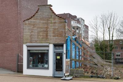 Net als in buurdorp Papendrecht is ook in Sliedrecht naast de grootschalige nieuwbouw de oude lintbebouwing gelukkig bewaard gebleven. Zoals dit chamante winkelpandje aan de Kerkbuurt. (© Joost Verweij / https://alblasserwaardfotograaf.nl/informatie)