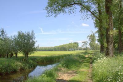Goudriaan, de prachtige Overslingelandse Kade loopt door natuur- en recreatiegebied Slingeland, ook bekend als de Slingelandse Plassen (© Jan Dijkstra, Houten)