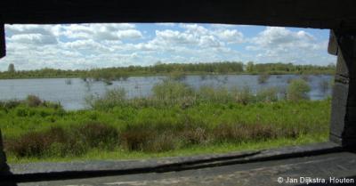 Natuurgebied Zouweboezem ZO van buurtschap Sluis bij Ameide. Dit zie je door het kijkscherm: het plas-dras gebied van de Zouwe. Zo kun je de vogels begluren zonder ze te storen. Handig toch?