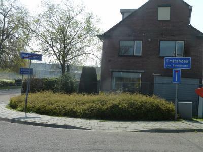 En hier nog een keer het fraaie plaatsnaambordensetje bij het betreden van buurtschap Smitshoek vanuit Rotterdam van dichtbij, waar nog duidelijker te zien is dat je Rotterdam uitgaat en direct buurtschap Smitshoek binnenkomt. (© Acronius van der Zweep)