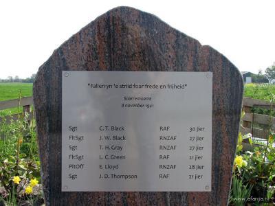 In 2010 is in Soarremoarre een oorlogsmonument geplaatst ter herdenking van de zes vliegeniers die hier op 6 november 1941 met hun bommenwerper zijn neergeschoten en omgekomen. (© van de laatste 5 foto's op deze pagina: https://afanja.com)