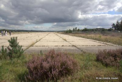 Soesterberg, aan het einde van de startbaan van de voormalige Vliegbasis Soesterberg. De natuur neemt langzaam bezit van de vliegbasis.