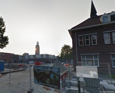 Someren-Eind, het Einderplein is na de afbraak van de RK kerk in 2013 heringericht. Op de achtergrond de gehandhaafde kerktoren, rechts het voormalige klooster Huize St. Antonius, herbestemd tot woonhuizen.