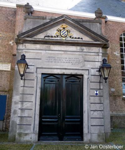 Sommelsdijk, Mariakerk, hardstenen portaal met fronton uit 1794