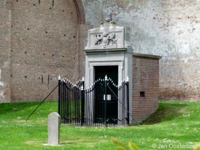 Sommelsdijk, Mariakerk, ingang tot de grafkelder voor de familie Van Aerssen van Sommelsdijck