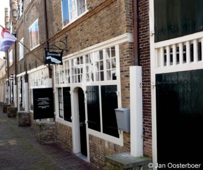 Streekmuseum Goeree-Overflakkee te Sommelsdijk is gevestigd in vijf aaneengesloten monumentale 17e-eeuwse trapgevelhuisjes