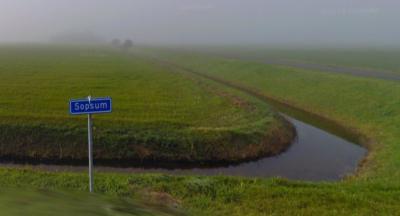 De vroegere gemeente Franekeradeel was erg zuinig met plaatsnaambordjes - en in dit geval ook straatnaambordjes - bij haar buurtschappen; bij buurtschap Sopsum hebben we alleen één straatnaambordje gevonden, aan het W uiteinde van de buurtschap. (©Google)