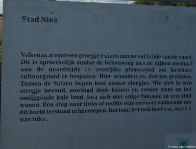 Buurtschap Stad Niks, informatiepaneel met de naamsverklaring