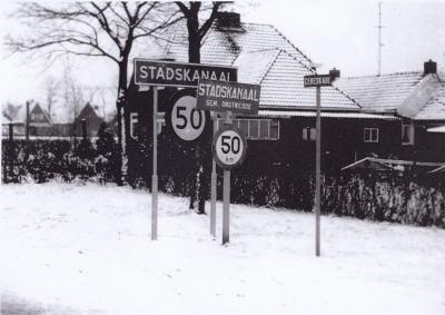 In 1969 ontstond de nieuwe gemeente Stadskanaal uit samenvoeging van de gemeente Onstwedde met een deel van de gemeente Wildervank. Hier het nieuwe plaatsnaambord Stadskanaal met het oude bord er nog voor. (© www.streekhistorischcentrum.nl)