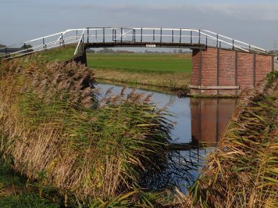 Het rijksmonumentale bruggetje Peertil, vroeger Paardentil geheten, ligt bij de splitsing van de Stedumermaar met de Westerwijtwerdermaar, Z van Stedum, en was destijds bedoeld voor de paarden van de trekvaart. (© Harry Perton)