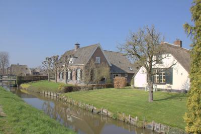 Om deze serie af te sluiten nog 2 pareltjes in buurtschap Steenen Brug. Curieus is dat beide huisnummer 2 hebben. Het betreft namelijk Bovenwijkerweg 2 (rechts) en Langbroekerdijk A 2 (links). (© Jan Dijkstra, Houten)