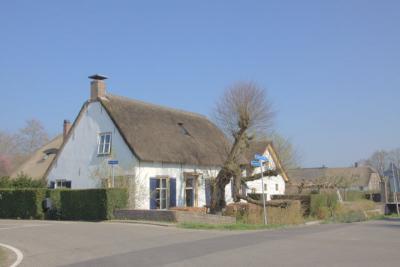 Buurtschap Steenen Brug is gegroeid rond de gelijknamige herberg op Wijkerweg 2. Dit er tegenover gelegen pand, hoeve Snellesteijn, op Bovenwijkerweg 1, is ook een herberg geweest. (© Jan Dijkstra, Houten)