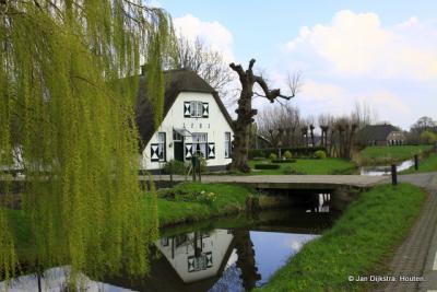 Boerderij in buurtschap Steenen Brug spiegelt zich in de Langbroekerwetering