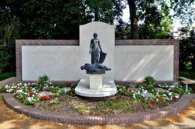 Het oorlogsmonument bij Villa Rams Woerthe is in 1948 gemaakt door beeldhouwer Hildo Krop. In de villa bevindt zich het Hildo Krop Museum.