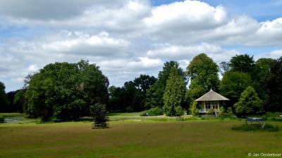 Villa Rams Woerthe in Steenwijk ligt in het gelijknamige, bijbehorende park. Ook daar zijn diverse bijzondere objecten te vinden, waaronder deze theekoepel.