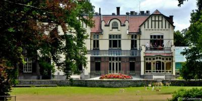 De achterkant van Villa Rams Woerthe in Steenwijk is al net zo imposant