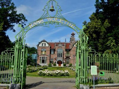 De imposante Villa Rams Woerthe in Steenwijk is in 1899 gebouwd in opdracht van industrieel en filantroop Jan Hendrick Tromp Meesters en zijn vrouw Anna Catharina. Sinds 1919 was het een gemeentehuis. Tegenwoordig is het als museumhuis te bezichtigen.
