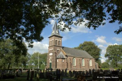 Ook de kerk van Steggerda staat mooi in het groen.
