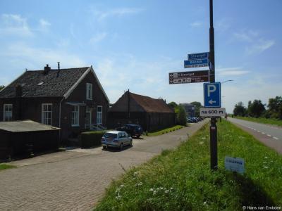 Net als bij buurtschap Kievitswaard zijn ook de plaatsnaambordjes van buurtschap Steurgat kennelijk ooit 'zoekgeraakt', waardoor de voorbijganger er niet meer op wordt geattendeerd dat hij niet alleen de straat maar ook de buurtschap Steurgat binnenkomt.