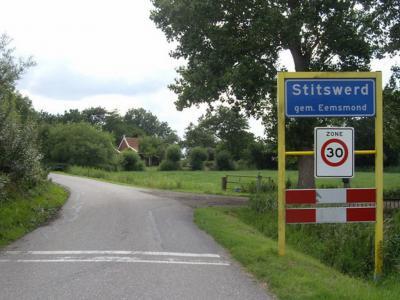 In Stitswerd mag je niet harder dan 30 km/uur rijden. Uiteraard in verband met de verkeersveiligheid, maar het is ook aan te bevelen rustig aan te doen omdat er veel moois te zien valt. Even uitstappen en het dorp lopend bekijken is aan te bevelen.