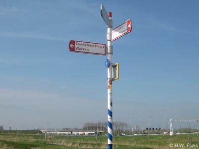 Bij de buurtschap Stokkelaarsbrug staan wel richtingborden in de buurt, zodat je weet welke richting je uit moet, maar ter plekke staan geen plaatsnaamborden, zodat je niet weet wanneer je er aangekomen bent. Dat is dan weer jammer...