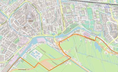 Actuele kaart van buurtschap Stolwijkersluis. Het deel Z van de Hollandse IJssel, N van de rode lijn, valt onder stad en gemeente Gouda, Z daarvan vallen kleine delen onder de dorpen Haastrecht en Gouderak. Zie verder het kopje Ligging. (© OpenStreetMap)