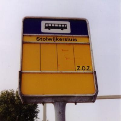 Tot 2014 had de buurtschap Stolwijkersluis geen plaatsnaamborden, zodat je alleen aan het busbordje kon zien dat je er was aanbeland. In maart 2014 zijn er plaatsnaamborden geplaatst (witte borden onder komborden Gouda).