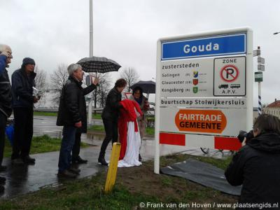 Kijk, zo doe je dat dus: schuif alles een beetje op en dan kan er nog prima een buurtschapsbordje tussen, zoals hier in 2014 buurtschap Stolwijkersluis bij Gouda ook eindelijk zijn plaatsnaambordjes heeft gekregen.