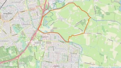 Stoutenburg grenst in het Z aan het Valleikanaal en het dorp Leusden, in het W aan de A28 en de stad Amersfoort, in het N aan de A1 en het dorp Hoevelaken, en in het O aan het dorp Achterveld en het buitengebied van het dorp Terschuur.