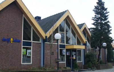 De naam van Dorpshuis De Vijf Lelies verwijst naar het wapen van de voormalige gemeente Streefkerk, waarin 5 lelies zijn verwerkt (© www.devijflelies.nl)